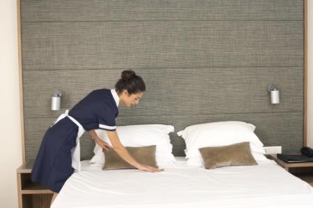 les étapes de nettoyage de la chambre en départ