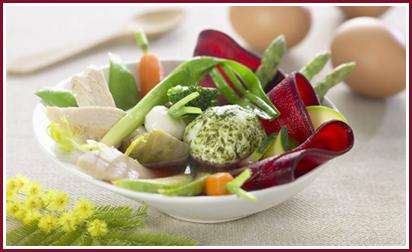 Legumes-de-printemps-dans-un-bouillon-au-basilic-oeuf-mollet-et-emince-de-poulet