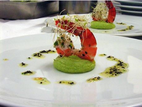 You are currently viewing Crevettes roses, mousse d'avocat et pousses de poireaux