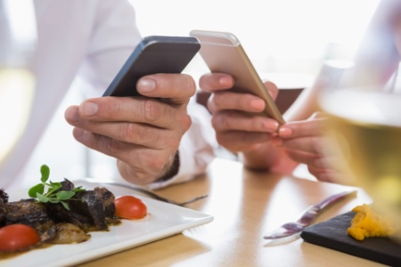 You are currently viewing Service : comment se comporter face à un client qui scrute son smartphone ?