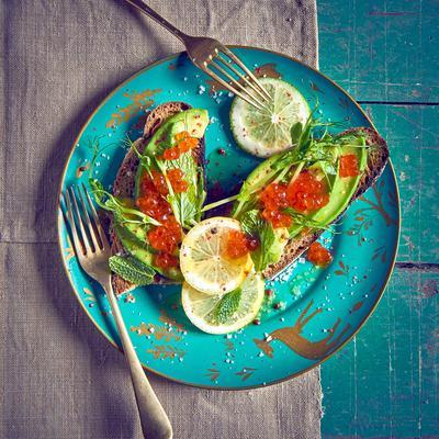 You are currently viewing Tartines d'avocat et d'œufs de saumon