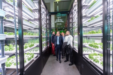 Metro France inaugure le plus grand potager urbain indoor d'Europe à Nanterre