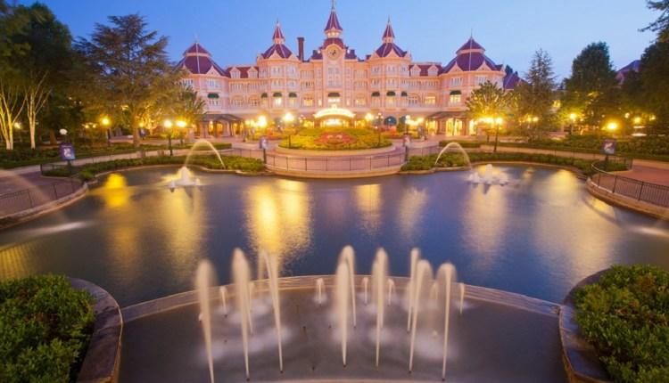 Différences entre les hôtels, typologie des chambres... Derrière la magie Disney se cache des produits assez techniques qui permettent à l'agent de voyages de s'exprimer (ici, le Disneyland Hotel). © Disneyland Paris