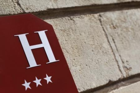 Quelle est la différence entre une chaîne hôtelière volontaire et une chaîne intégrée ?