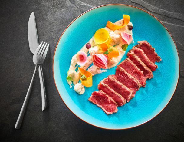 You are currently viewing Tataki de bœuf, cervelle de canut au citron vert et wasabi, légumes croquants