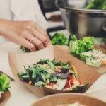 © GettyImages Maintenez l'activité, même réduite, et profitez-en pour initier vos clients – en livraison ou à emporter – à la cuisine vitalité, importante pour renforcer les défenses immunitaires.unitaires.