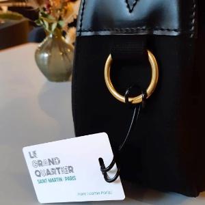 Au Grand Quartier, à Paris (Xe), la carte magnétique d'accès à sa chambre se transforme en étiquette à bagage et peut-être réactivée comme clé à chaque nouveau séjour.