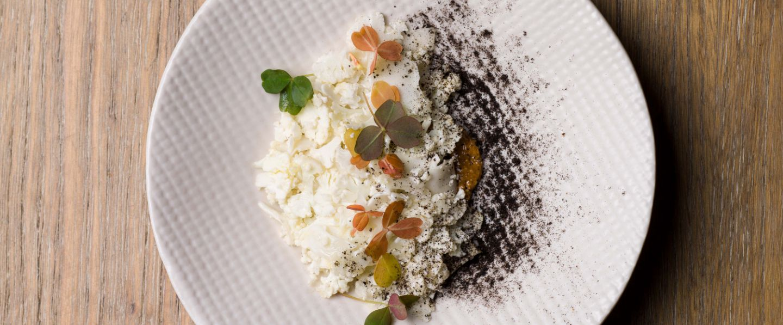 Salade en chaud-froid de choux-fleurs et praliné de cacahuète à la fleur de sel