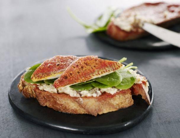 You are currently viewing Filet de rouget grillé sur un « pan tomate », jeunes pousses d'épinards