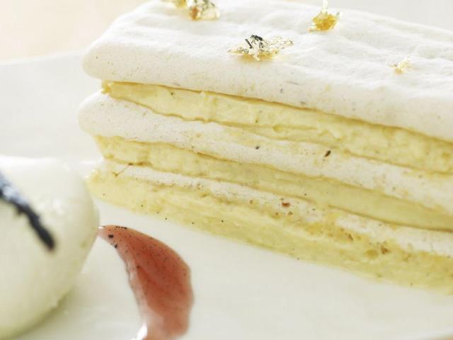 You are currently viewing Millefeuille de macaron plat à la crème vanillée, jus de fraise et glace au fromage blanc
