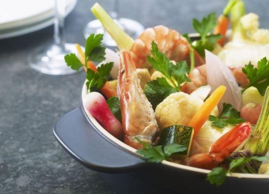 Légumes à la grecque et grosses crevettes marinées
