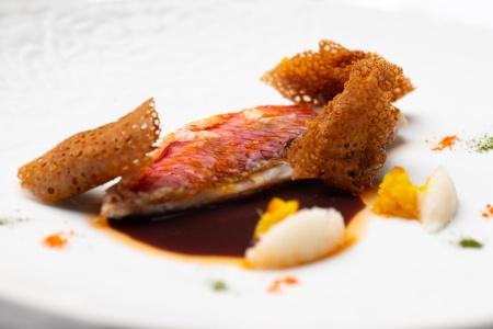 Filet de rouget en écailles croustillantes, sauce miroir, krampouz